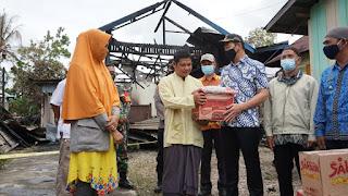 Tinjau Musibah Kebakaran di Kedamin, Bupati Serahkan Bantuan kepada Korban