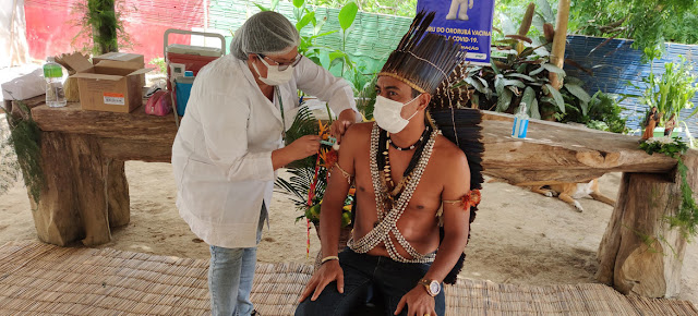 Un hombre indígena recibiendo la vacuna COVID-19 en Brasil.Organización Panamericana de la Salud