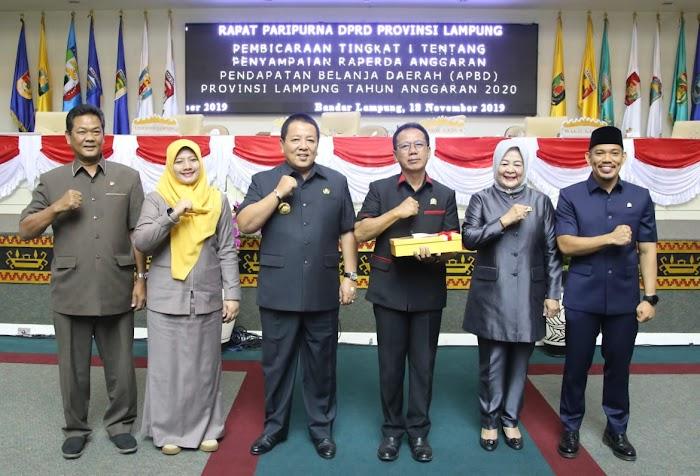 Gubernur Arinal Djunaidi Serahkan Raperda APBD 2020 kepada Ketua DPRD Mingrum Gumay