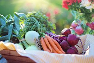 καλάθι με φρούτα και λαχανικά
