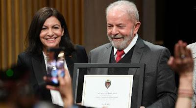 Lula com prefeita de Paris recebendo título de Cidadão Honorário