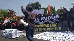 Tolak Omnibus Law, Aliansi Mahasiswa Pemuda dan Rakyat Kudus Turun Aksi