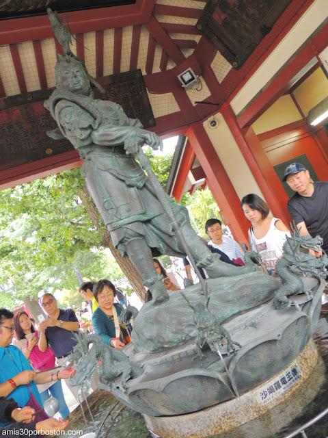 Estatua del Dios Dragón en el Omizu-Ya del Templo Sensoji