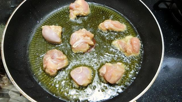 鶏肉を揚げ焼きにする
