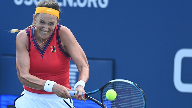 Victoria Azarenka devolvendo uma bola durante a sua estreia no US Open