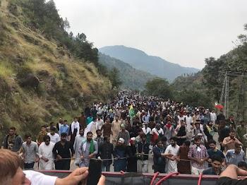इमरान खान ने भी पाकिस्तानी लोगो को LOC  की तरफ न जाने की सलाह दी