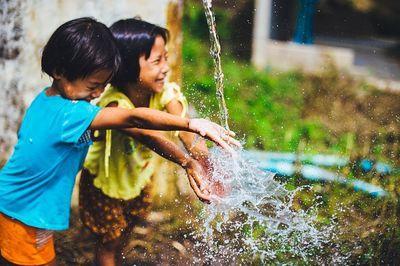 Memperkenalkan pentingnya menghemat air bagi anak