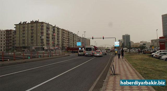 DİYARBAKIR-Diyarbakır'da gün içerisinde zaman zaman yoğunlaşarak kent merkezinde etkili olan toz bulutu hayatı olumsuz etkiledi.