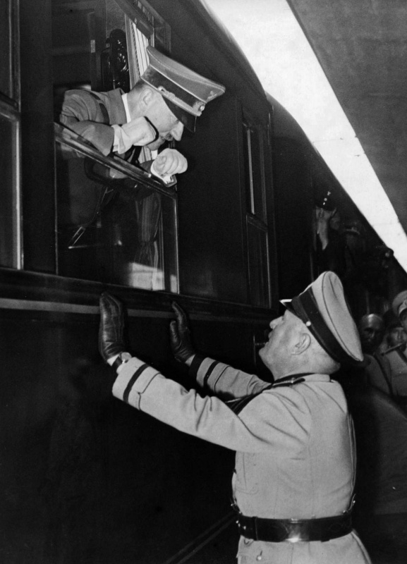 4 October 1940 worldwartwo.filminspector.com Hitler Mussolini Amerika Fuhrer train Führersonderzug