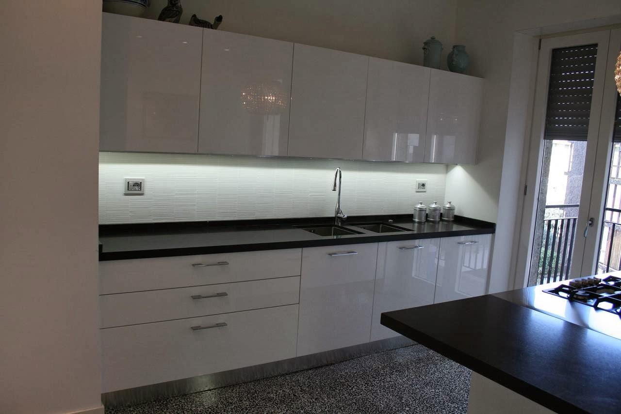 Luci Sottopensile Cucina | Cucine Bianche Moderne Luminosità E ...