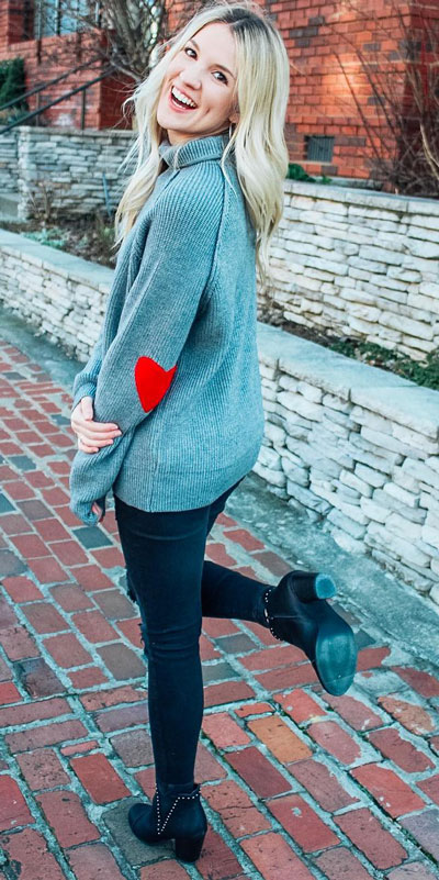 No matter what kind of date night you have planned for Valentine's Day. Here are 29 Romantic Valentines Day Outfits to Wow Your Date. Women's style + Fashion via higiggle.com | sweater + jeans cute casual look | #valentine #fashion #romance #sweater