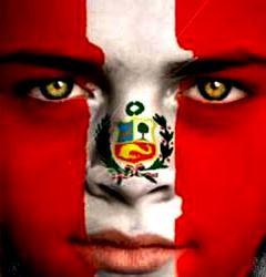 Foto a un rostro pintado con los colores de la bandera peruana