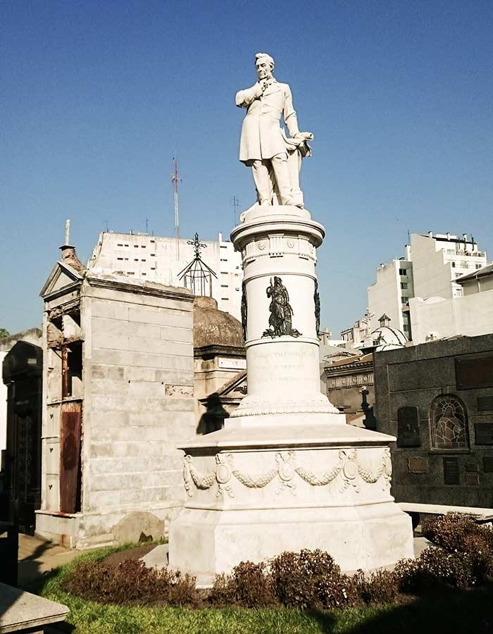 Uma das estátuas do cemitério La Recoleta em Buenos Aires, famosos pelas suas lápides magníficas e por abrigar falecidos famosos
