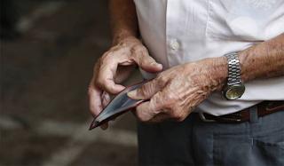 Απογοήτευση συνταξιούχων στα ΑΤΜ: Είδαν λιγότερα λεφτά στους λογαριασμούς τους