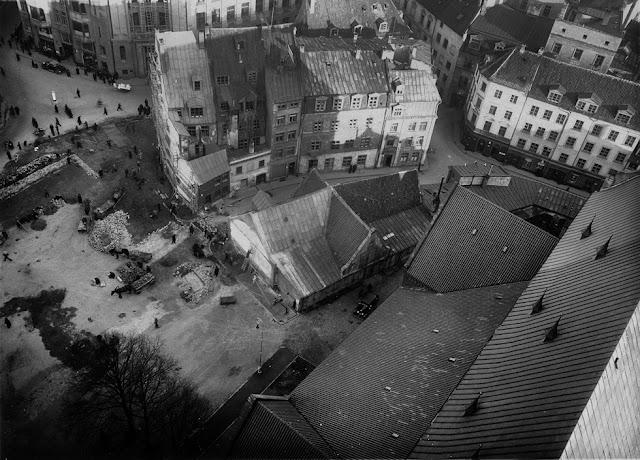 1930-е годы. Рига. Вид на площадь 15 Мая (Домскую площадь) до сноса домов, который начался в 1935 году