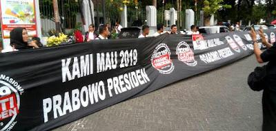 Wow, Banner Sepanjang 100 Meter Dukung Prabowo Presiden Membentang di Depan Tugu Proklamasi