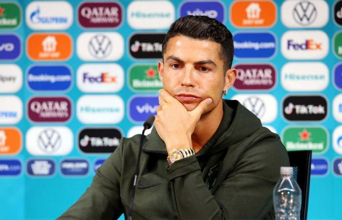 Christiano Ronaldo menyingkirkan minuman soda sponsor Euro 2020