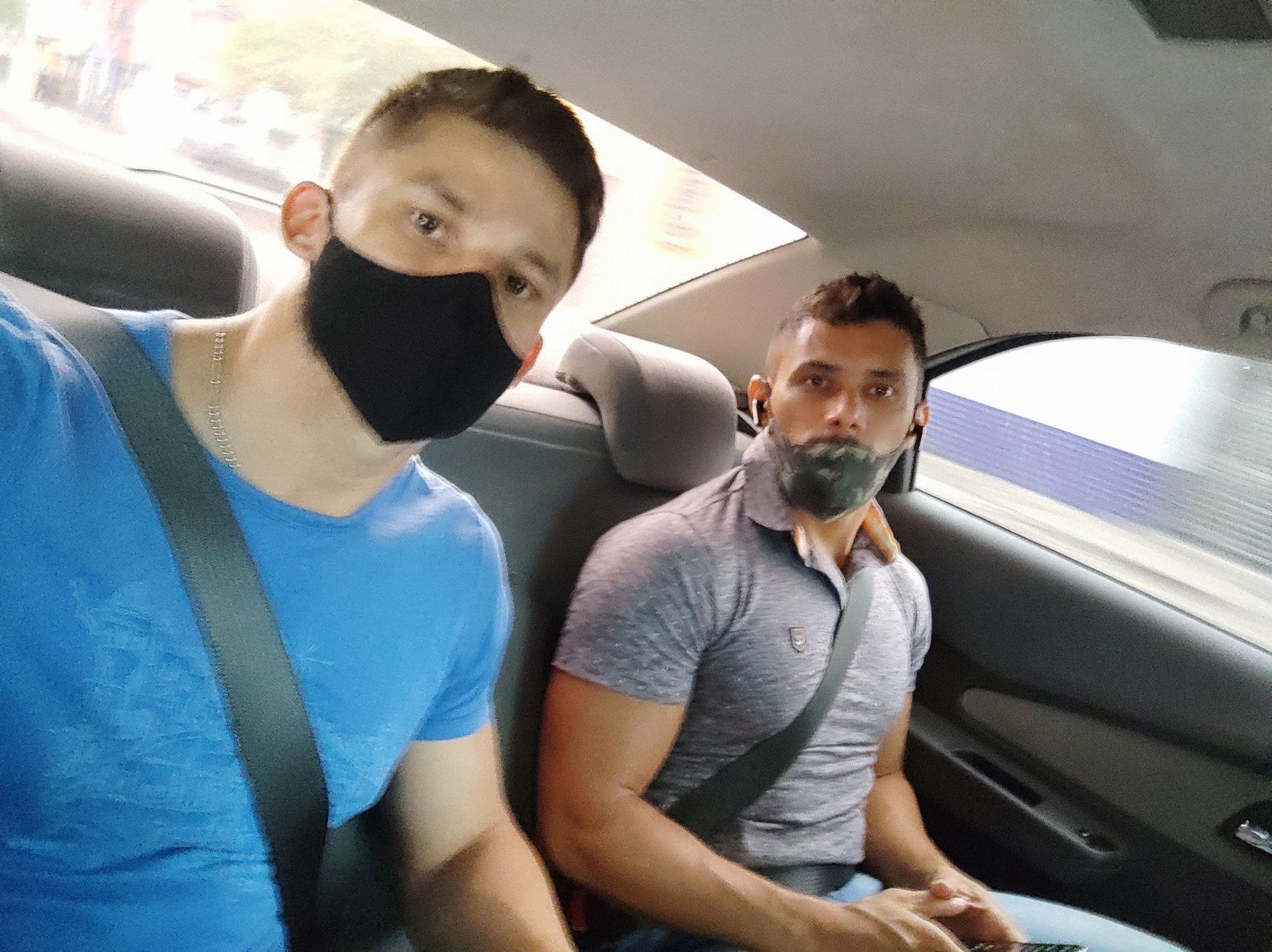 machos en el taxi