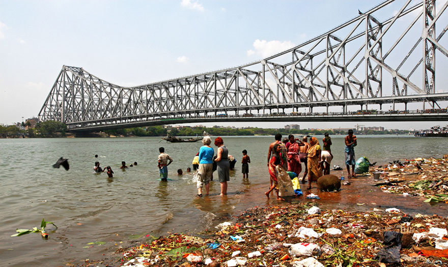Travel Expectations Vs Reality (20+ Pics) - Walking By The Howrah Bridge In Kolkata, India