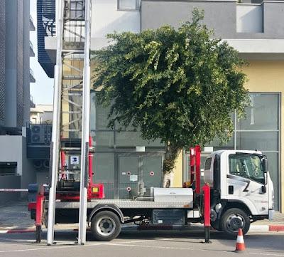 משאית מנוף להובלות