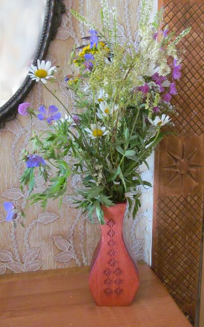 деревянная ваза под полевые цветы