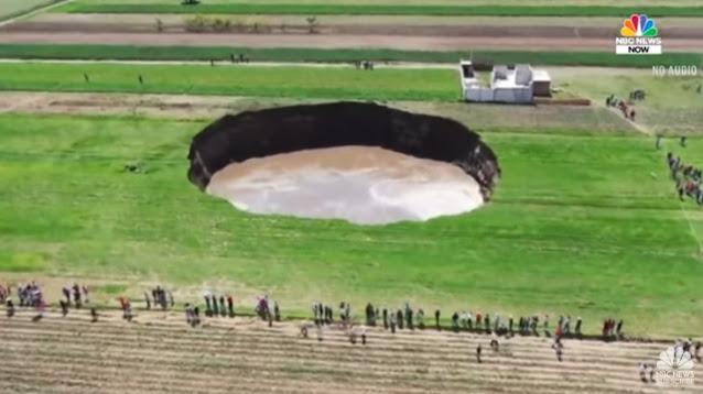 Τεράστια τρύπα στο Μεξικό απειλεί να «καταπιεί» σπίτι (βίντεο)