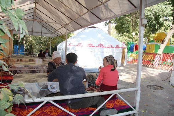 Kirghizistan, Och, Alimbek Datka Square, © L. Gigout, 2012