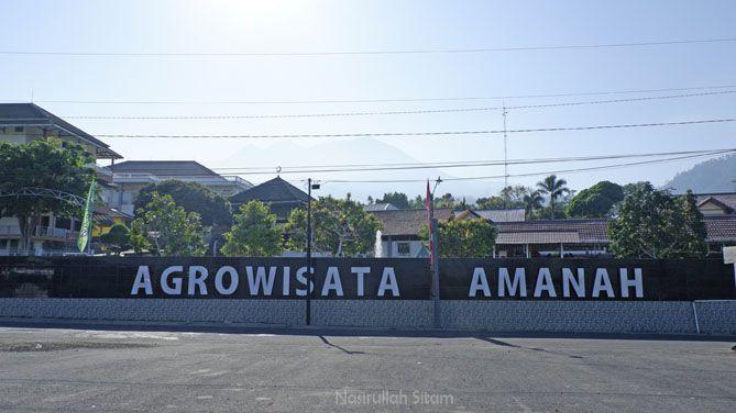 Tulisan Agrowisata Amanah tersemat di pagar