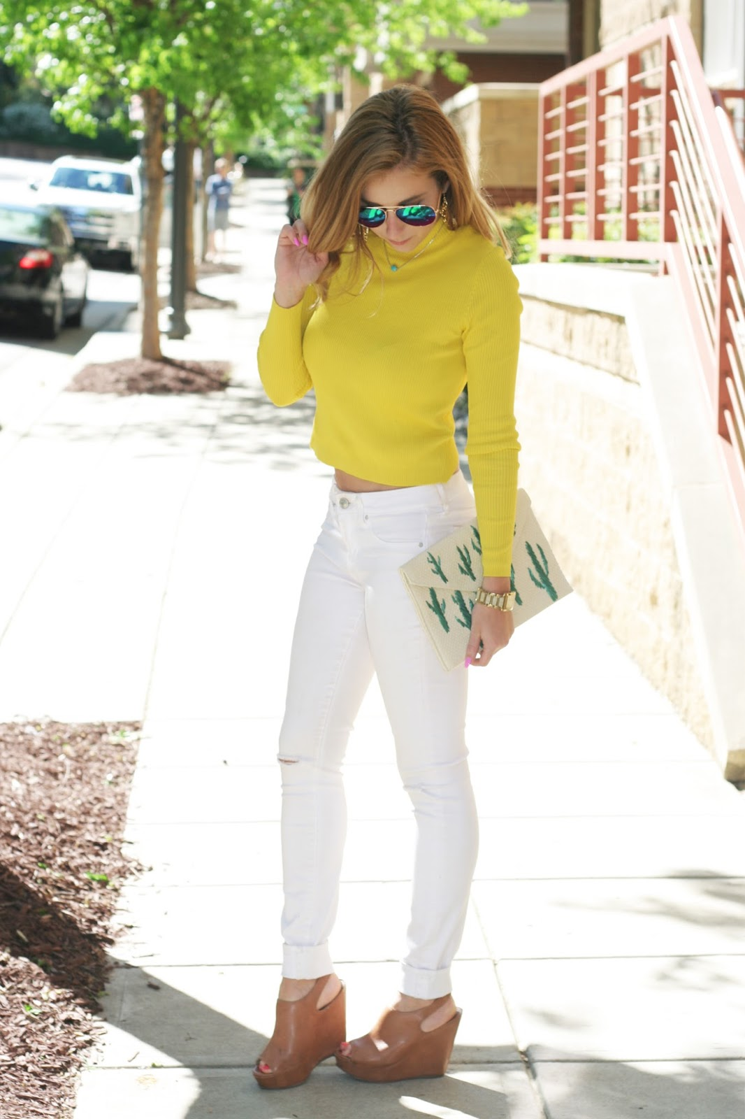 Spring-summer-street-style-mirrored-sunglasses-crop-top-clutch-white-jeans