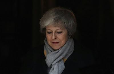 A primeira-ministra do Reino Unido, Theresa May, sofreu uma derrota esmagadora sobre seu acordo para o Brexit, aprofundando a crise na política britânica.