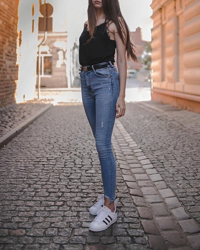 jeansy i czarny top