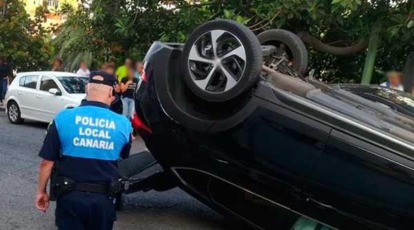 fotos coche volcado en la calle Luis Benítez Inglot, Las Palmas de Gran Canaria