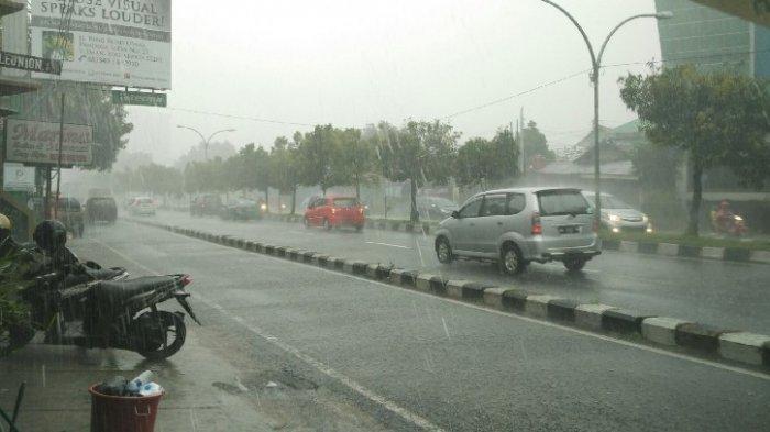 Tips Cara Aman Berkendara Saat Hujan
