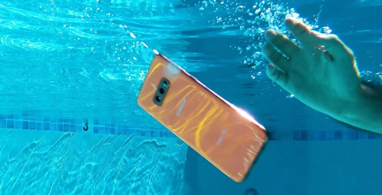 5 طرق للتعامل مع الهاتف بعد وقوعه في الماء