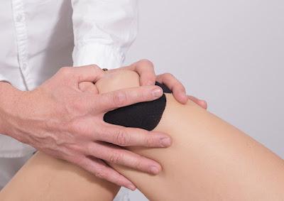 Gambar ilustrasi asam urat di lutut