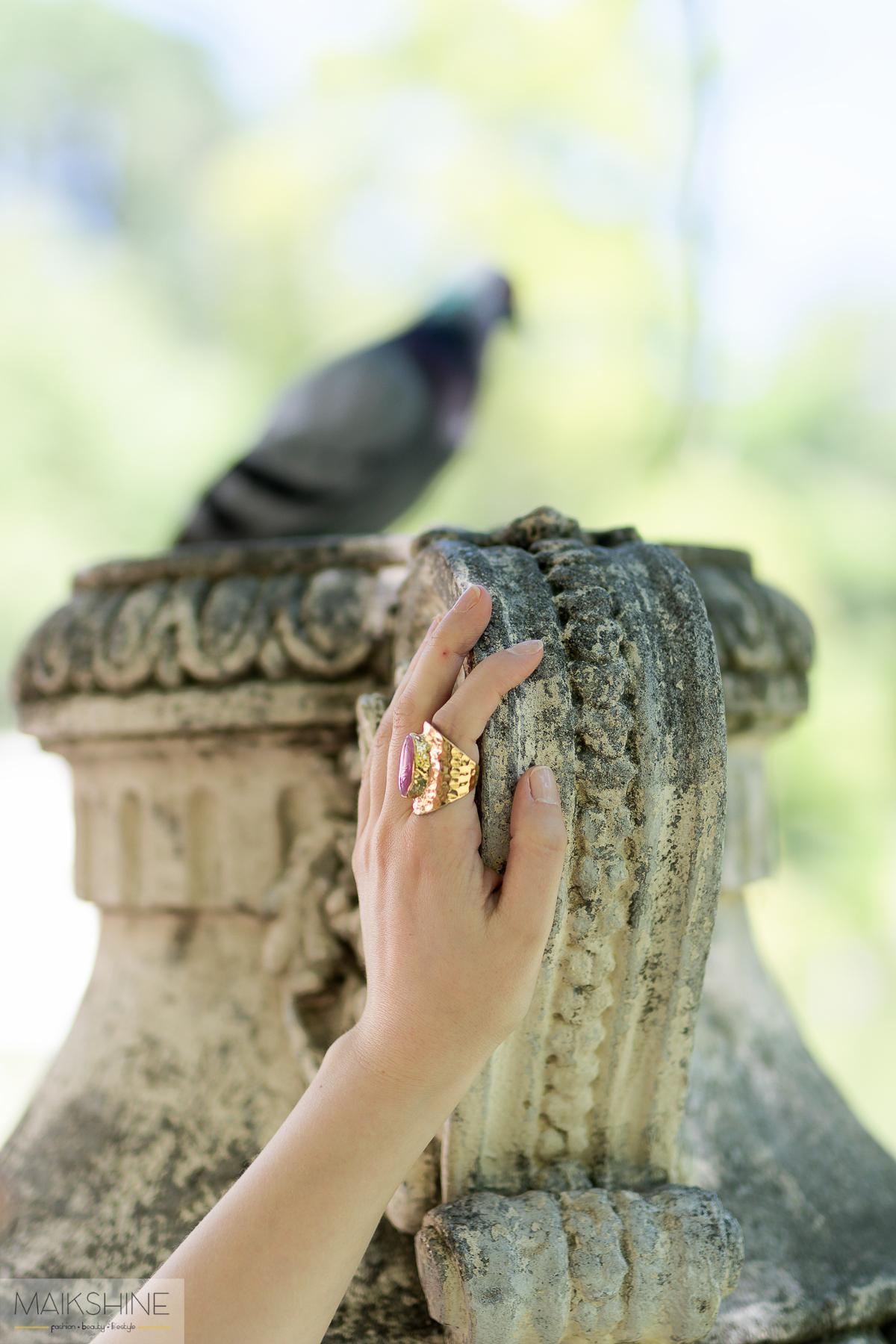 detalle anillo piedra rosa