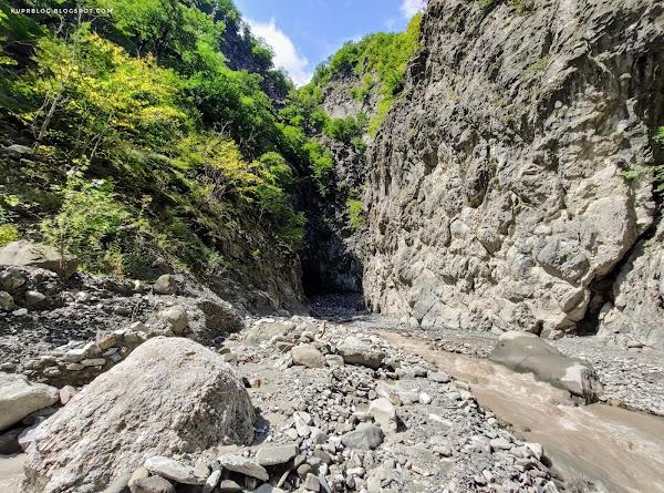 Из сужения река Ахохчай вновь выходит на относительно широкое русло