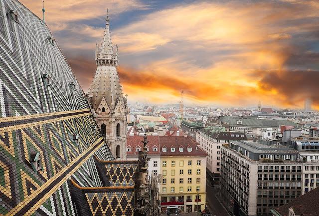 Những vị khách du lịch đến Vienna nhất định sẽ ghé thăm lâu đài Baroque, bảo tàng Kunsthistorisches trưng bày bộ sưu tập vĩ đại về Ai Cập cổ đại, những quán rượu truyền thống ven đường, những khu vườn cây thanh lịch hay những công trình kiến trúc đương đại kết hợp với những kiệt tác của nghệ thuật trang trí. Vienna cũng là điểm đến mơ ước của những người yêu nghệ thuật khi thường xuyên tổ chức những buổi hòa nhạc cổ điển ở nhà hát thành phố - nơi Mozart ghi dấu ấn rực rỡ trong sự nghiệp của mình.