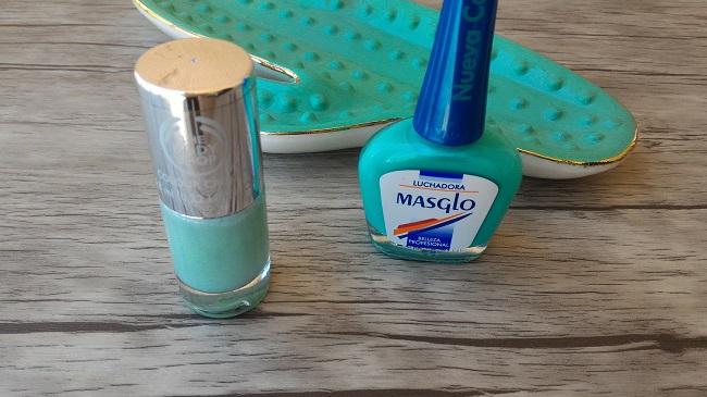 Esmaltes azul verde menta para lucir en tus uñas en verano