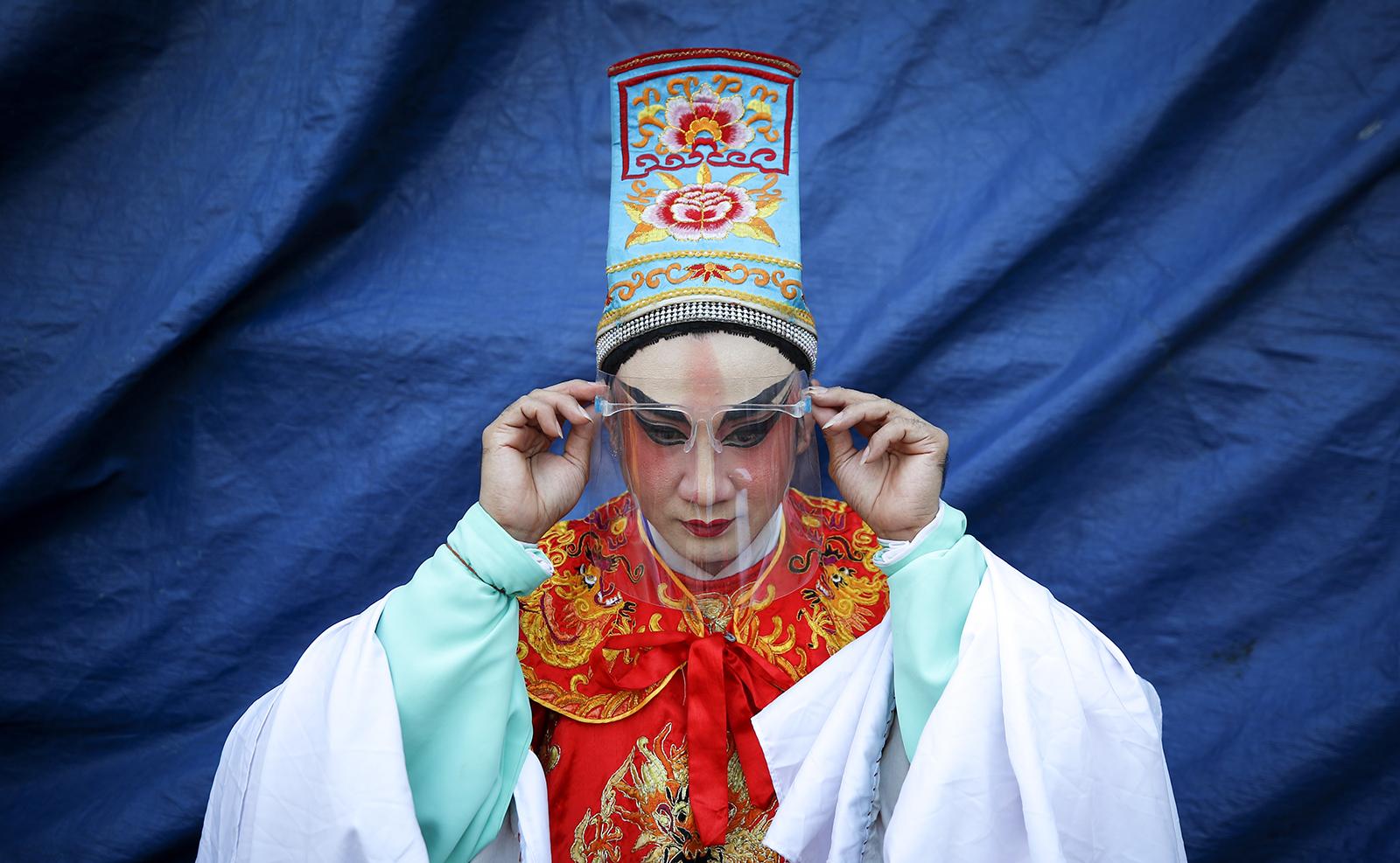 Hình ảnh người châu Á đón Tết cổ truyền Tân Sửu 2021 giữa dịch Covid-19