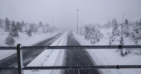 Λόγω κυβερνητικής ανικανότητας κλείνει με 5 πόντους χιόνι η Εθνική Οδός Αθηνών Λαμίας για 12 ώρες