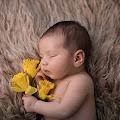 Fotografia noworodkowa w wersji minimalistycznej - mało dodatków, dużo emocji