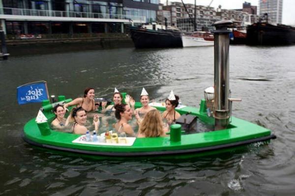 Mulheres tomando banho no rio