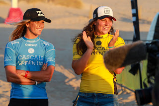 30 Tyler Wright AUS and Courtney Conlogue USA Cascais Womens Pro foto WSL Laurent Masurel