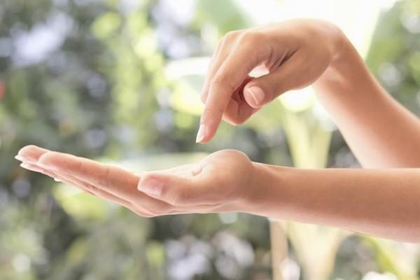 9 Cara Cepat Menghaluskan Telapak Tangan Kasar (Tips)