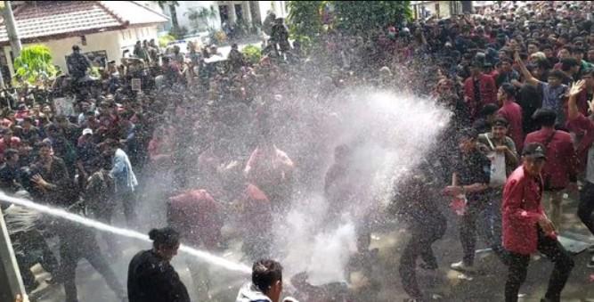 Rizal Ramli: Water Canon Lebih Baik Untuk Padamkan Kebakaran Hutan, Daripada Semprotin Mahasiswa