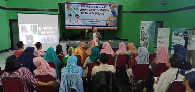 Hadiyan Nur Sofyan founder Kiosagro mengisi pelatihan di Baleendah bersama Dinas Koperasi dan UMKM Kabupaten Bandung