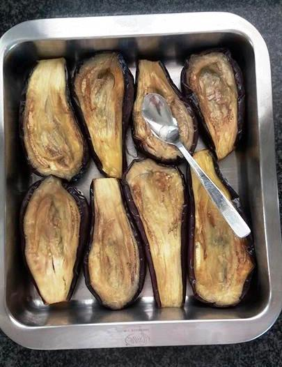 Make hollows in the fried aubergines with the back of a spoon.