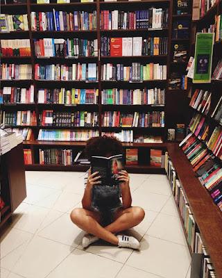 pose sentada leyendo un libro en la biblioteca tumblr