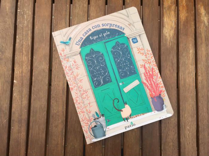 libro Una casa con sorpresas Patio editorial, 50 solapas ventanas pestañas